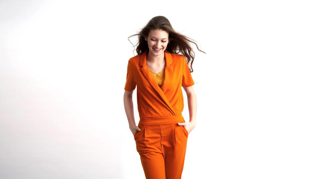 Jasmin Franz - Model in orangefarbenen Anzug lacht