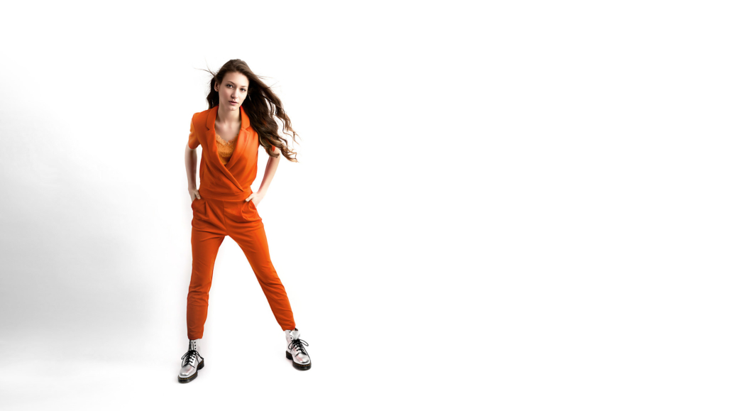 Jasmin Franz - Model mit orange farbenen Jumpsuit