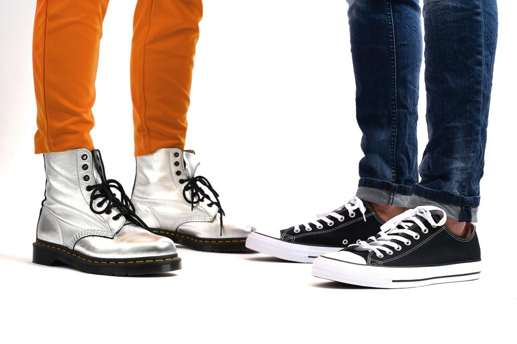 Jasmin Franz - silberne und schwarze Schuhe mit orangefarbenen und blauen Hosen