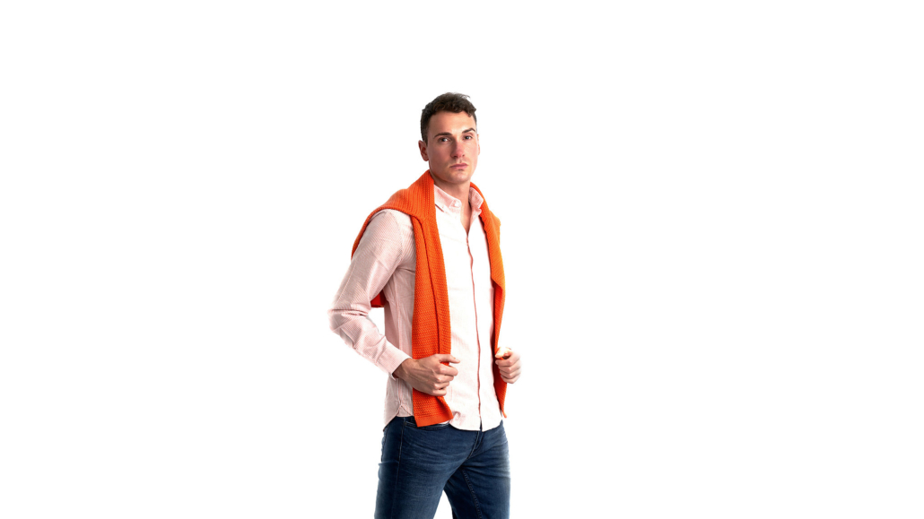 Jasmin Franz - männliches Model mit orangefarbenen Pullover ueber der Schulter